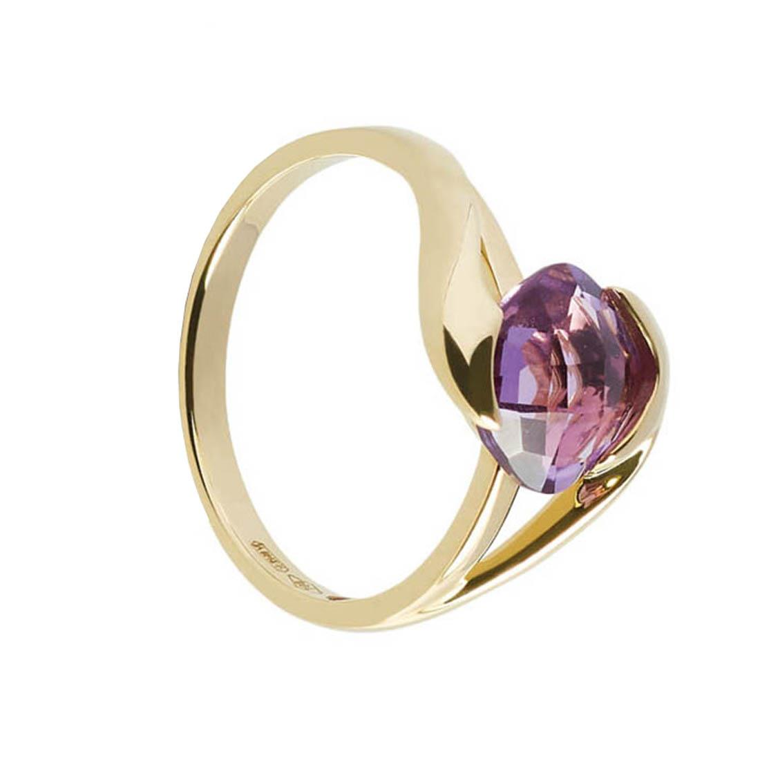 Yellow gold ring with 2.25 ct square briolette amethyst. 